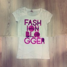 Short sleeve t-shirt with pink writing