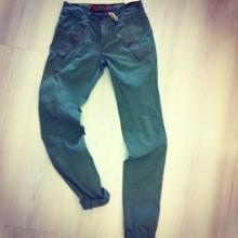 pantalone verde militare con tasche con borchie