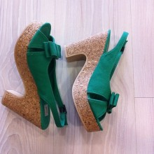 High-heeled sandals green with bow on  profile