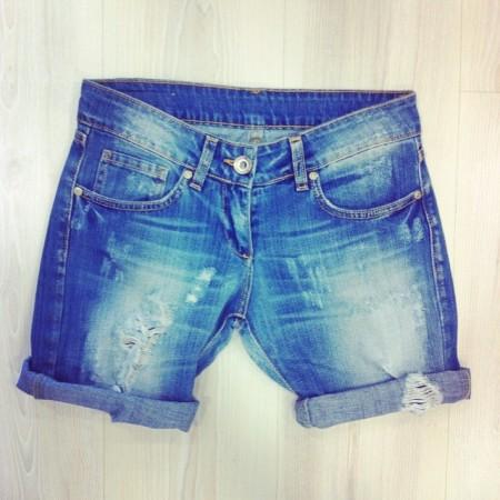 jeans corti con strappi